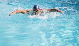 Descubre las características del estilo mariposa de natación - Apréndete